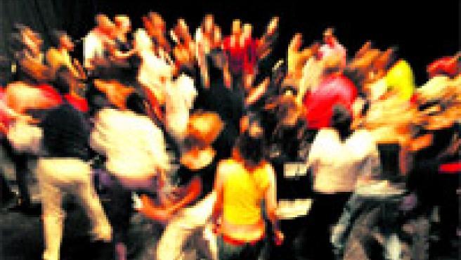 El efecto que causa la danza en la calle: invita a la gente a dejarse llevar, aunque sólo sea moviendo un poco los hombros.