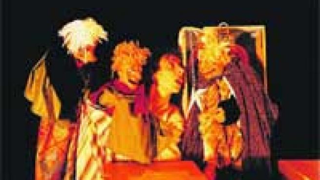 Títeres y actores comparten escenario en la representación del cuento clásico El rey volteretas.
