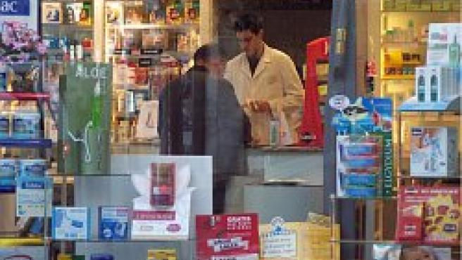 Un cliente compra en una farmacia.