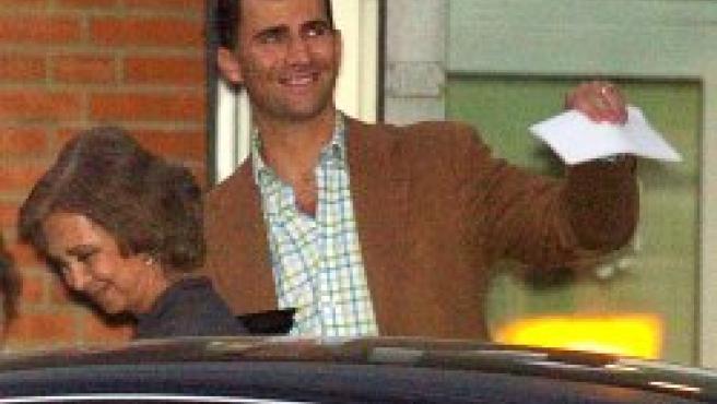 El príncipe Felipe y Doña Sofía a la salida de la clínica (EFE)