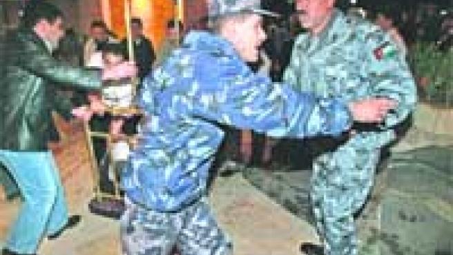 La Policía, tratando de despejar ayer el hotel Grand Hyatt para trasladar a los heridos.