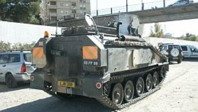 Imagen de la tanqueta, escoltada por la Guardia Civil.