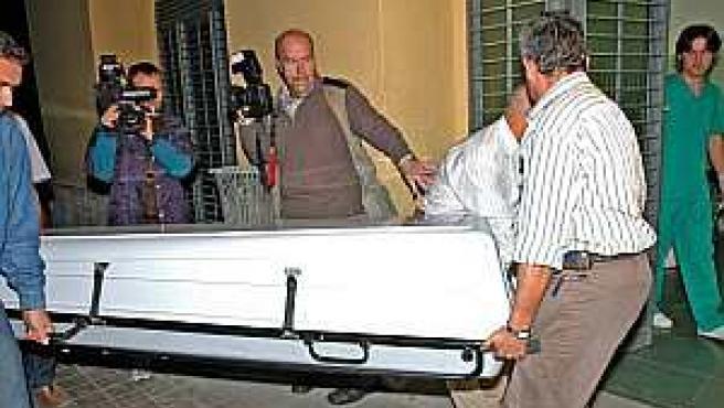 Trasalado del cuerpo de uno de los fallecidos en el accidente laboral del viaducto de Granada (EFE).