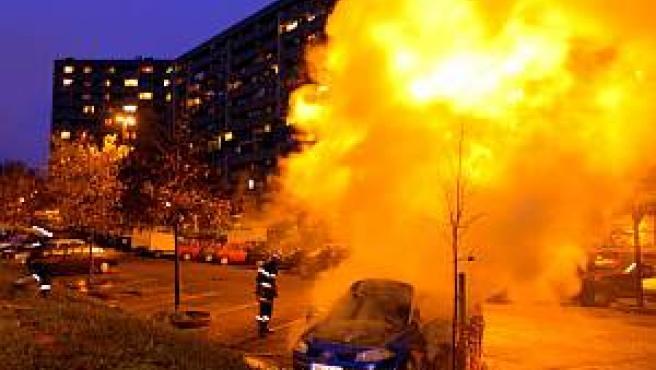 Un coche en llamas en Toulouse. (AP)