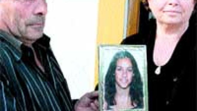 Los padres de Sonia con un retrato de ella. Debajo, Tony King.