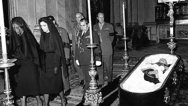 """El próximo domingo, 20 de noviembre, se cumple el 30 aniversario de la muerte de Francisco Franco. En la fotografía de archivo (20-11-1975) el féretro con los restos mortales de Franco en la iglesia de El Pardo, durante un funeral de """"corpore insepulto"""", antes de ser trasladado al Palacio Real, donde se instaló la capilla ardiente. A la izquierda su viuda, Carmen Polo, y su hija, la marquesa de Villaverde."""