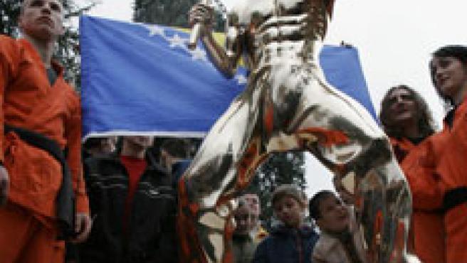 La estatua está hecha en bronce y mide 1,70 metros (AP)
