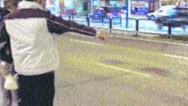 Dos jóvenes observan la frenada del coche que causó las muertes.