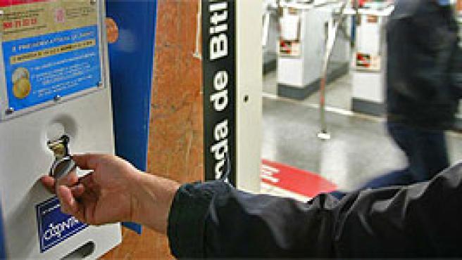 Un hombre compra un condón en una máquina expendedora (FOTO: Manolo S. Urbano).