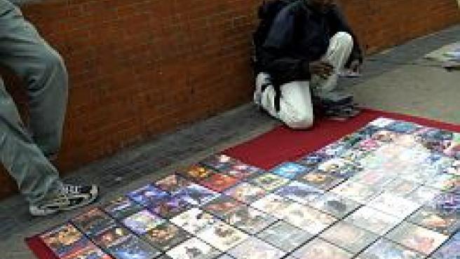 Un vendedor del 'top manta' muestra sus discos.