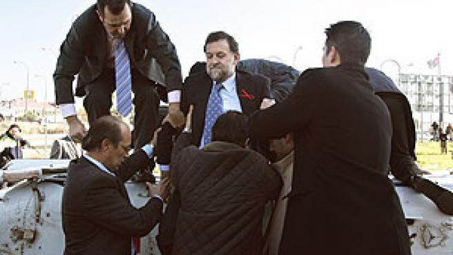 Rajoy abandona el helicóptero accidentado (Efe).