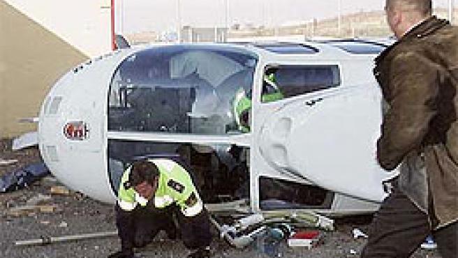 El helicóptero, tras el accidente (Efe).