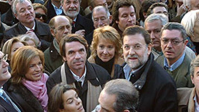 La plana mayor del PP junto a Rajoy en la concentración (Efe).