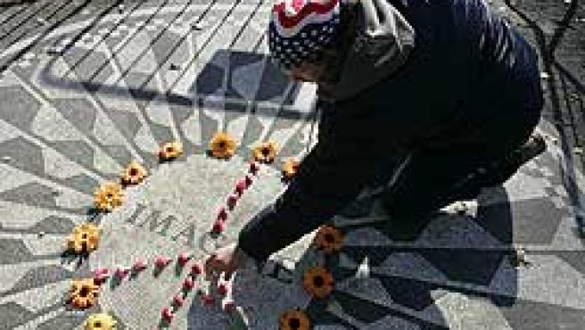 Un seguidor coloca flores en Nueva York (Reuters).