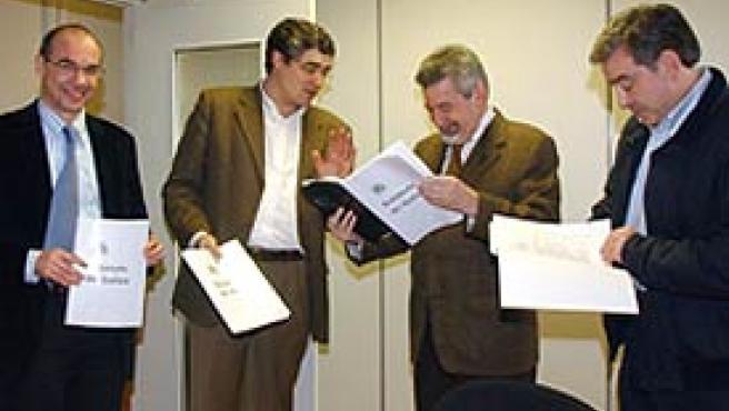 El diputado y secreterio general del PP de Galicia, Jesús Palmou (2d), y su compañero de grupo, Xosé Manuel Barreiro (d), reciben una copia del texto del Nuevo Estatuto de Galicia propuesta por el BNG (EFE)