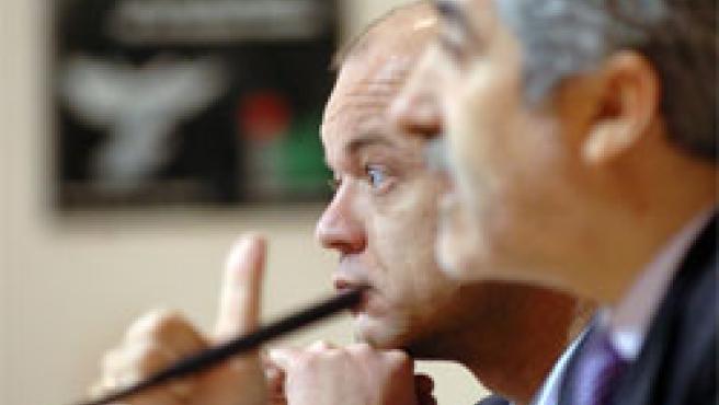 Gaspar Llamazares y Alfonso Suárez, durante la rueda de prensa de este lunes