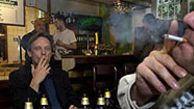 Fumadores en un bar (FOTO: DW).