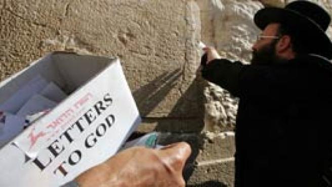 Un rabino deposita las 'Cartas de Dios' en el Muro de las Lamentaciones (Foto: Reuters)