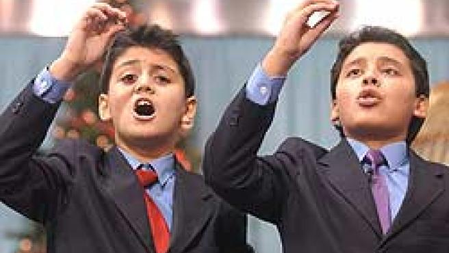 Dos niños de San Ildefonso cantan el Gordo de Navidad (Archivo)