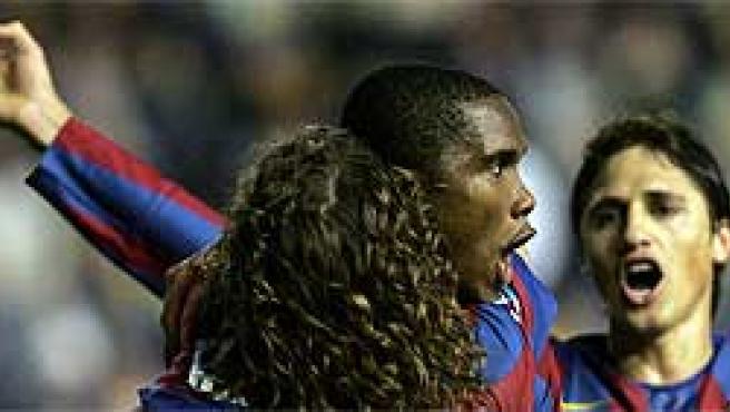 Eto'o se abraza a su compañero Puyol tras marcar el segundo gol de penaliti (Efe)