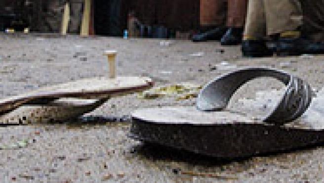 Zapatillas en el suelo, tras la avalancha (Reuters).