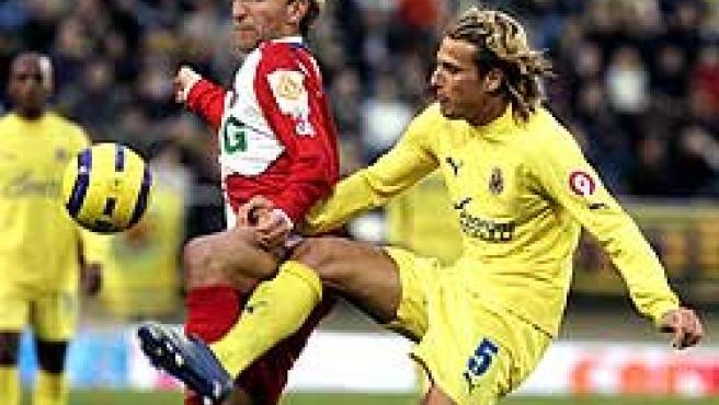 El centrocampista del Getafe, Diego Rivas y el delantero uruguayo del Villarreal, Diego Martín Forlán pugnan por el balón (EFE)