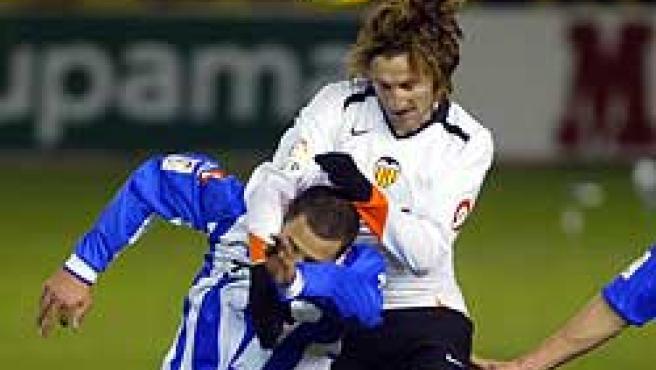 """l delantero del Valencia CF Miguel Ángel Ferrer """"Mista"""" salta ante el jugador del Alavés Mehdi Lacen (EFE)"""