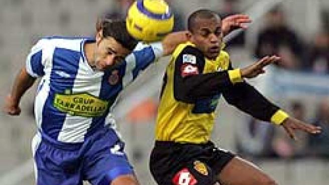 El defensa Mauricio Roberto Pochettino despeja el balon ante el delantero brasileño del Real Zaragoza Ewerthon (EFE)