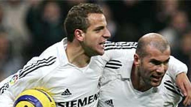 El delantero del Real Madrid Soldado celebra junto con su compañero Zidane el gol del empate (EFE)