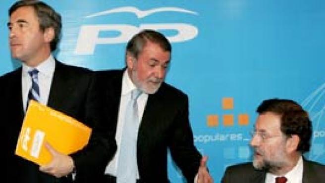 Acebes y Mayor Oreja junto a Rajoy en la sede del PP (EFE).