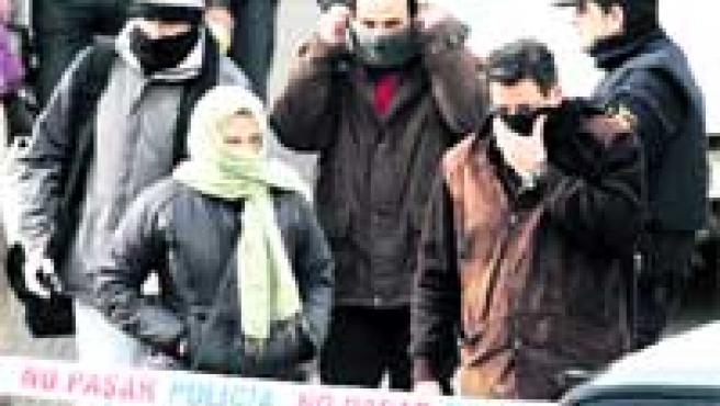 Policías de paisano tras la detención de los presuntos islamistas cerca de Sevilla.