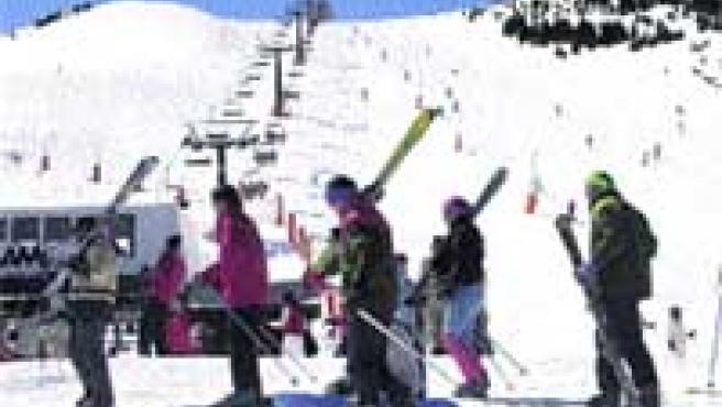 Un grupo de esquiadores, en Cerler, en el Pirineo aragonés.
