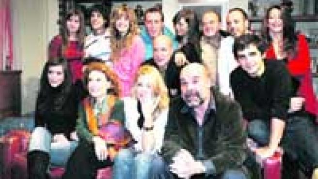 Los actores de Los Serrano, encabezados por Belén Rueda y Antonio Resines, en el centro, posaron ayer para esta gran foto de familia.