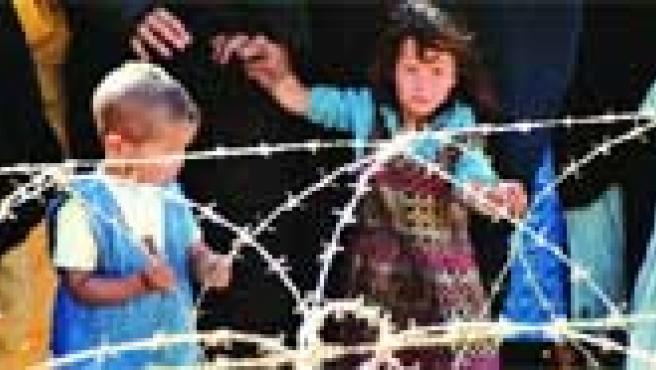 Niños tras una alambrada, una de las instantáneas del Sahara captadas por José Luis de Pablos y que se exponen en Bilbao hasta el 6 de enero.