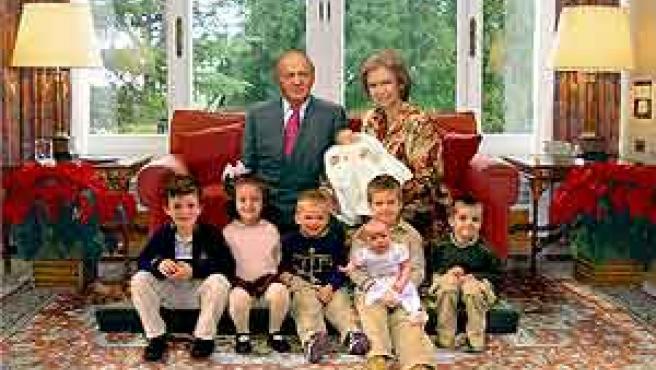 Foto de la felicitación institucional de los Reyes, con sus nietos, trasmitida por Efe.