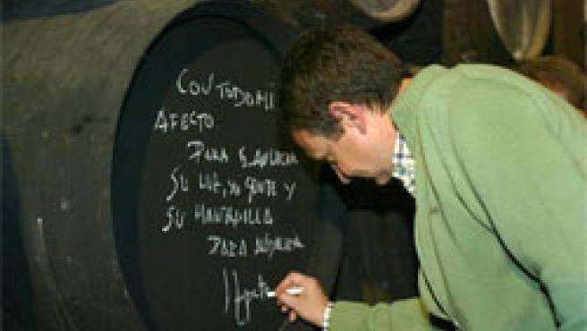 José Luis Rodriguez Zapatero firma una bota en una bodega de Sanlucar