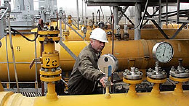 Un operario, en unas instalaciones de Grazpom (Reuters).