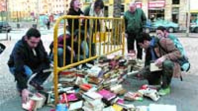 La Rambla del Raval pasó ayer de estar llena de libros a estar cubierta de mensajes con miedos.