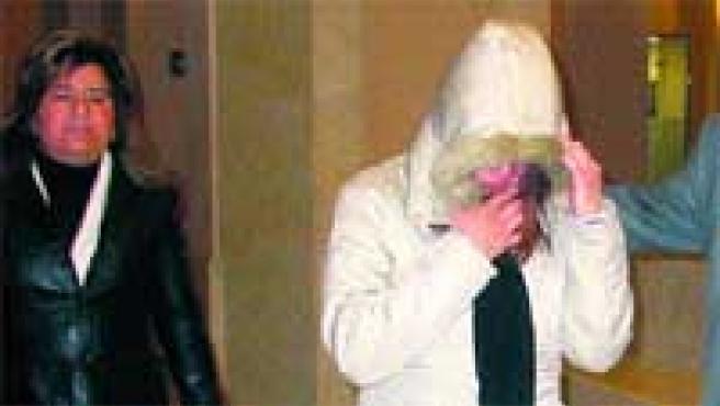 Sandra B. P. se tapa la cara, ayer, al llegar a la sala donde se celebró el juicio en la Audiència de Barcelona.