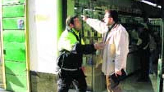 El farmacéutico se encara con el policía después de propinarle un puñetazo.