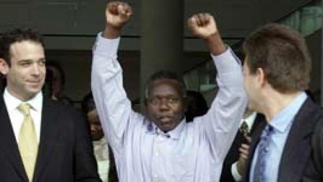 Crotzer celebró su libertad levantando los puños (Foto: AP)