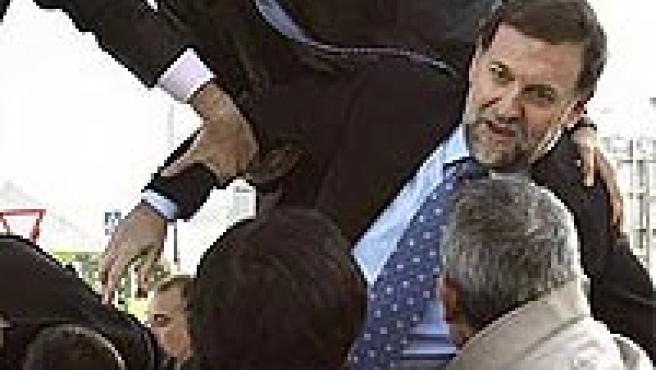 Mariano Rajoy es auxiliado para salir del helicóptero tras el accidente (Foto: Efe).
