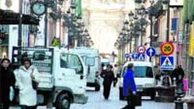 Camiones y furgonetas en la calle Alfonso, una de las vías peatonales del Casco Histórico de Zaragoza.