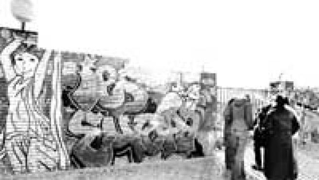 Decorado con 'graffitis'. Un grupo de jóvenes, a las puertas del instituto de secundaria Europa.
