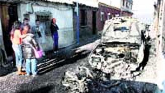 Restos de uno de los coches y de la moto, en la calle Sobarbe.