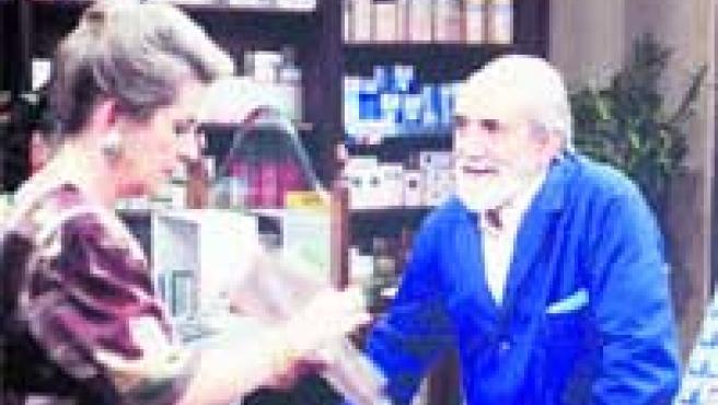 Concha Cuetos despacha a Antonio Ferrandis, invitado especial en algunos capítulos de la serie.