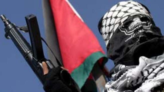 Un palestino de las Brigadas de los Mártires de Al-Aqsa muestra su arma en Hebrón (Foto: Efe)