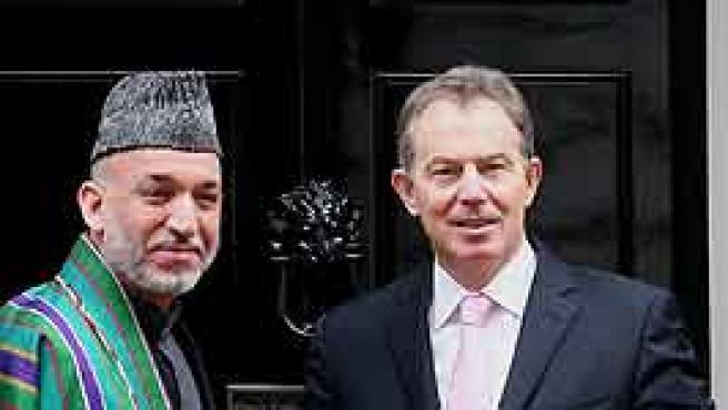 Hamid Karzai y Tony Blair, juntos esta mañana frente a la residencia del Primer Ministro británico