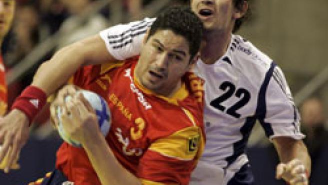 El jugador de la selección española, Rolando Urios Fonseca, trata de lanzar a puerta (EFE)