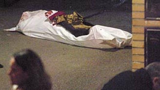 El cadáver de la mujer tras el tiroteo en la calle Cervantes de Zaragoza. (EFE)
